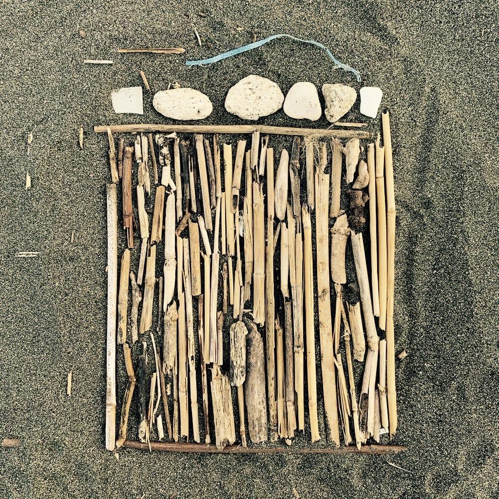 des bois alignés sur la plage