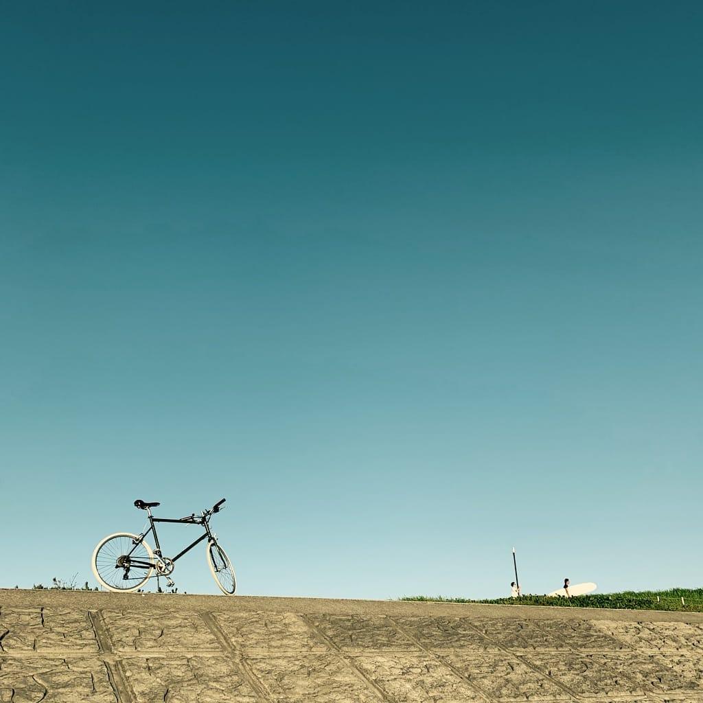 Vélo et surfer