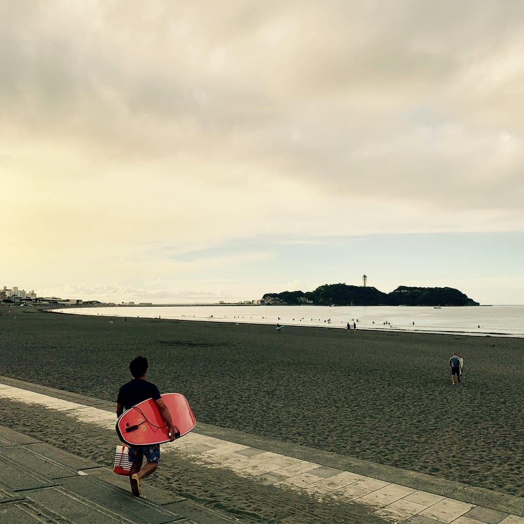 Surfer en face de Enoshima