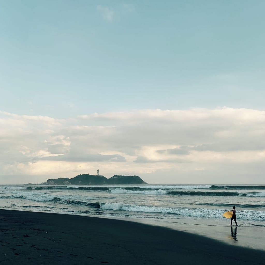 Surfeur et Enoshima