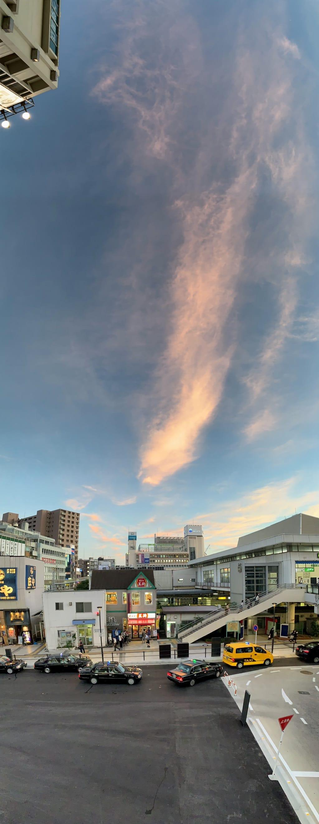 Ciel, nuage et gare de Fujisawa