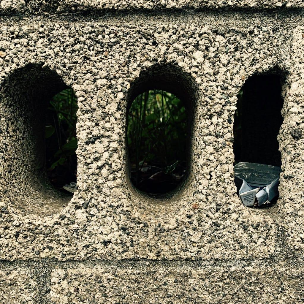 paquet de cigarettes dans le trou d'un mur