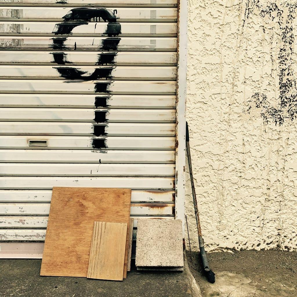 Neuf peint sur un store