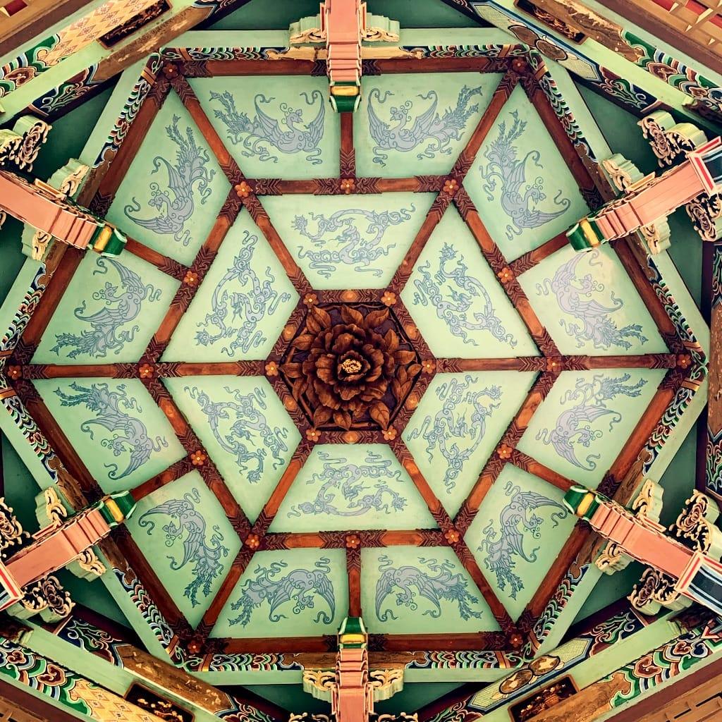 Plafond peint et bois sculpté