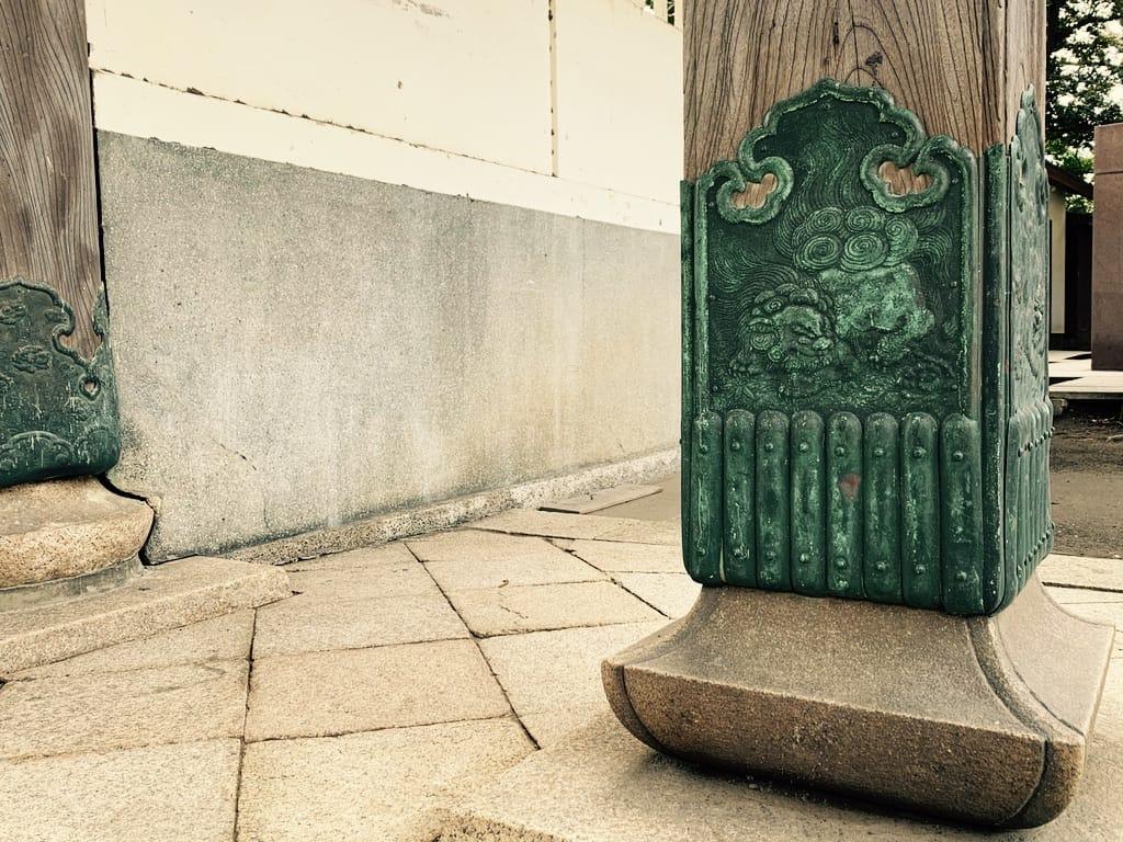 Lions de bronze sur les piliers de temple
