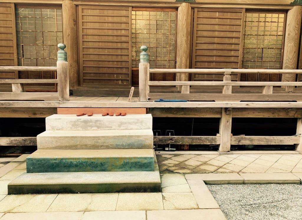 Marche d'accès à un temple
