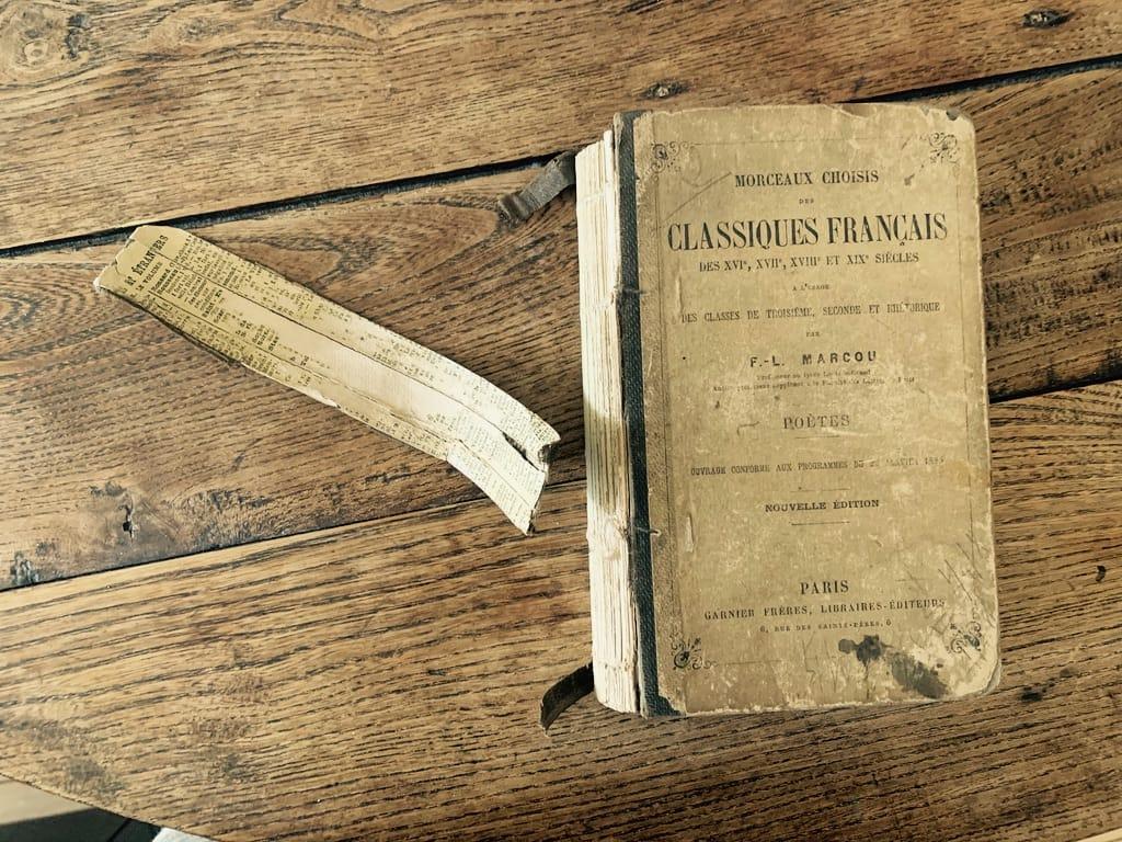 vieux livre, dos défait