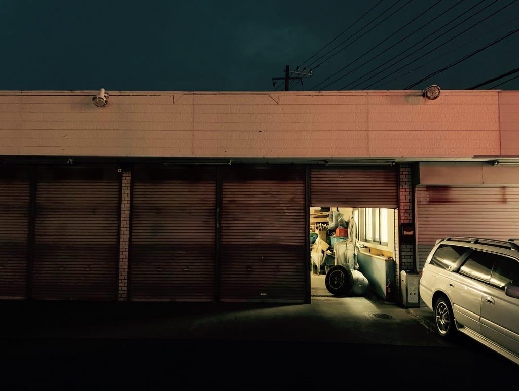 Garage la nuit