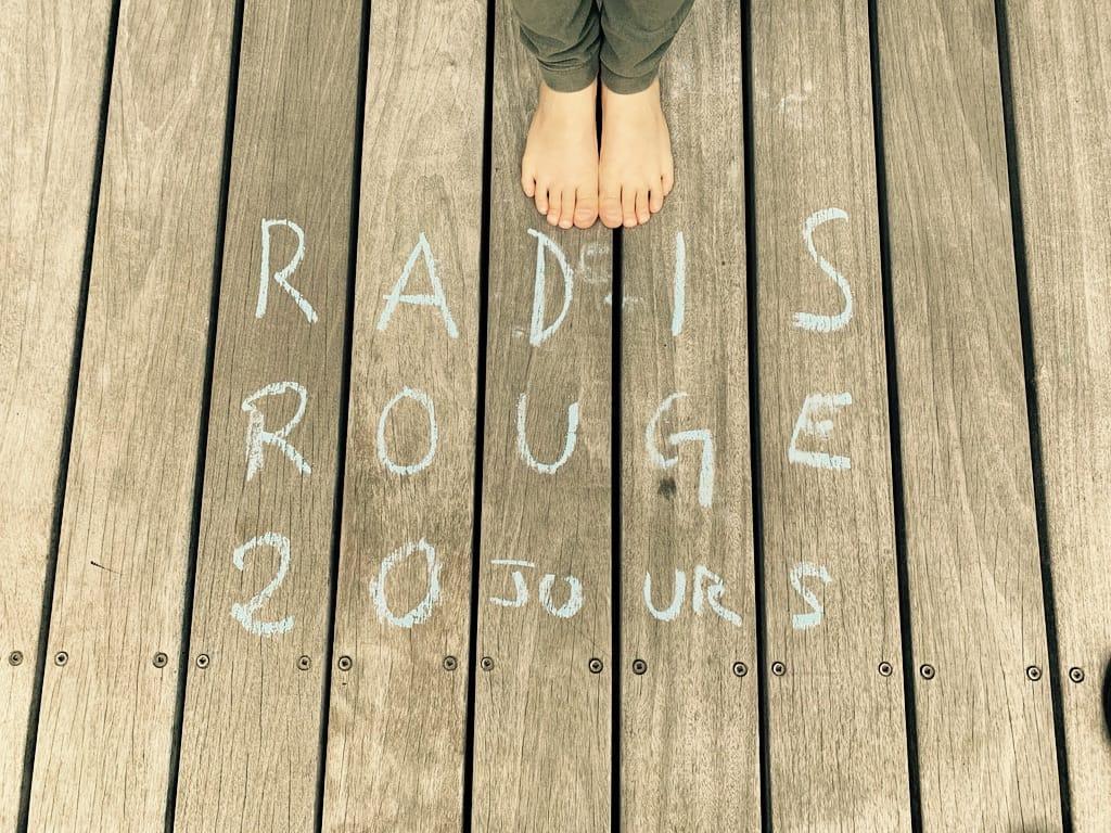 deux pieds et radis rouge écrit sur la terrasse à la craie