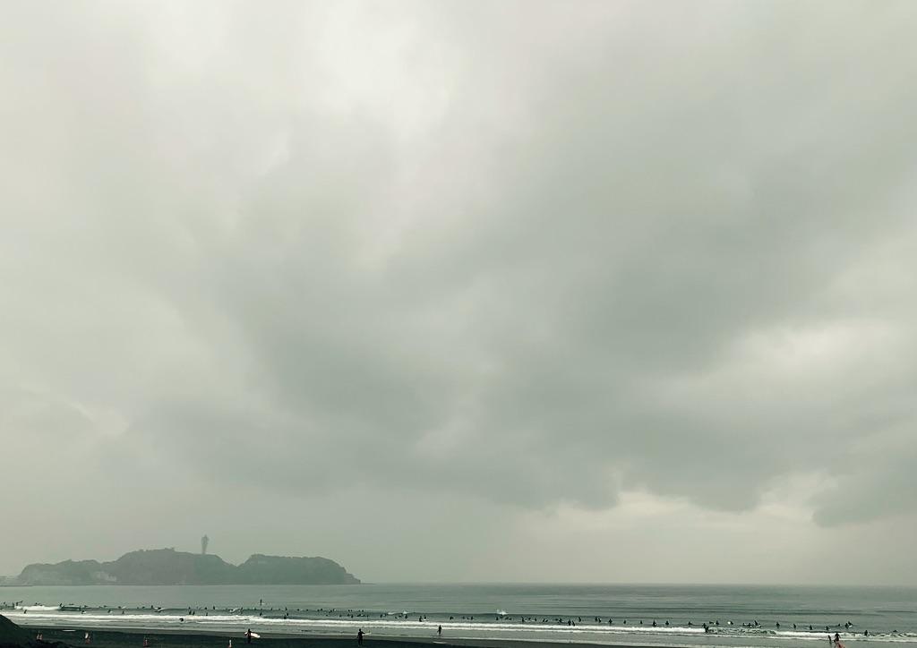 Enoshima, les nuages gris et l'océan
