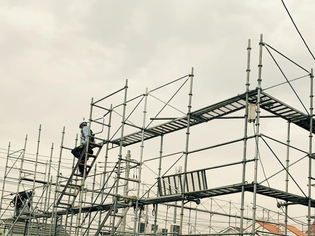 échafaudage en cours de construction
