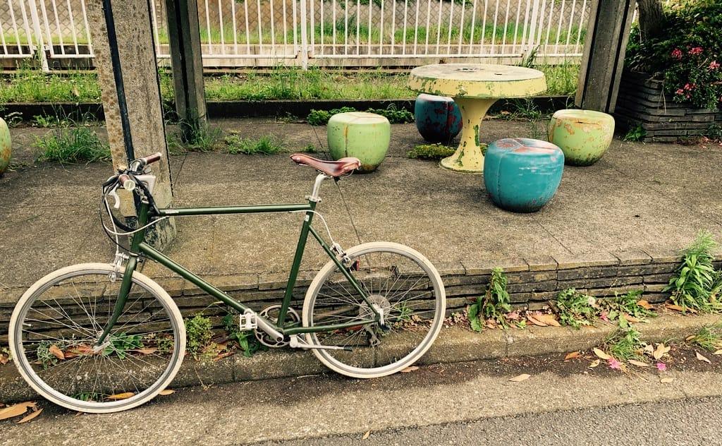 Vélo, table et chaise.