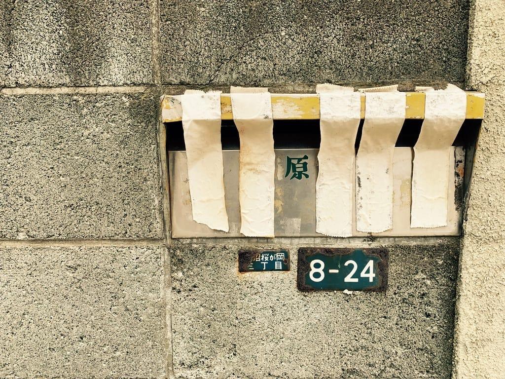 boite aux lettres bloquées avec du papier collant.
