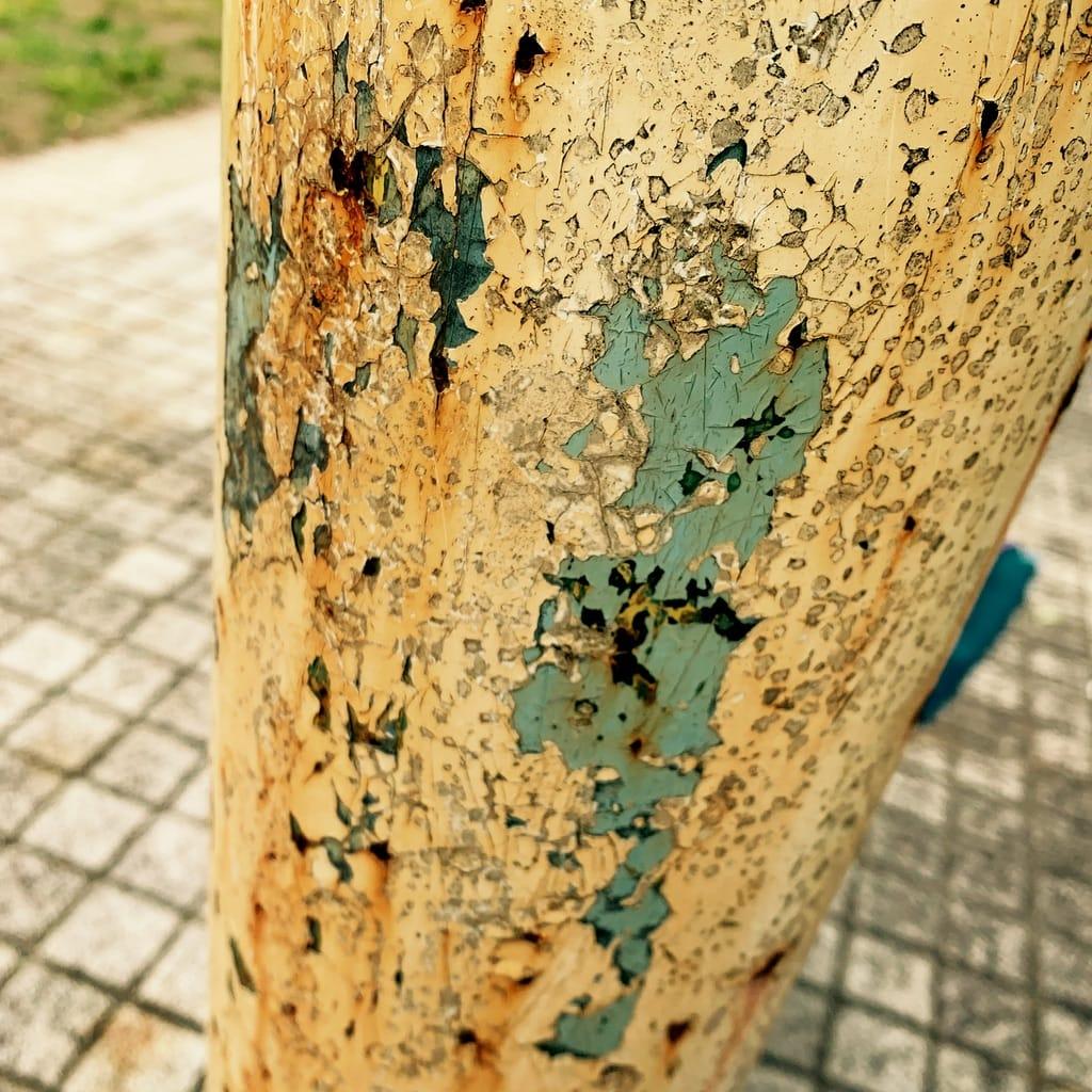 peinture écaillée sur un poteau rouillé.
