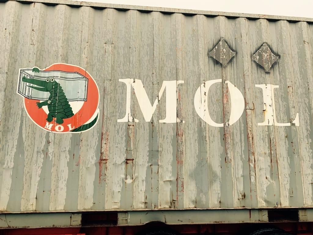 logo d'un crocodile sur le côté d'un conteneur.
