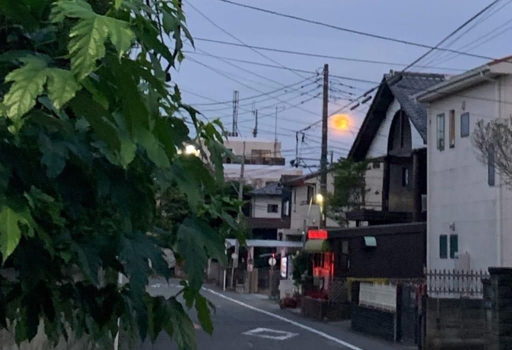 Lune rouge près des maisons.