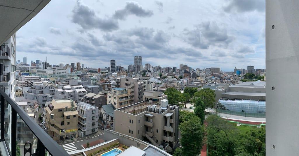 Vue panoramique de la ville depuis un balcon.