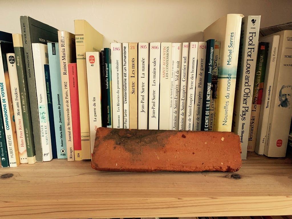 une brique en face de livres.