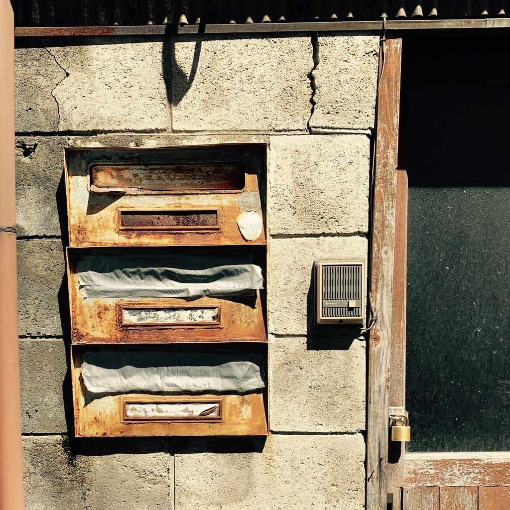 boîtes aux lettres rouillées.