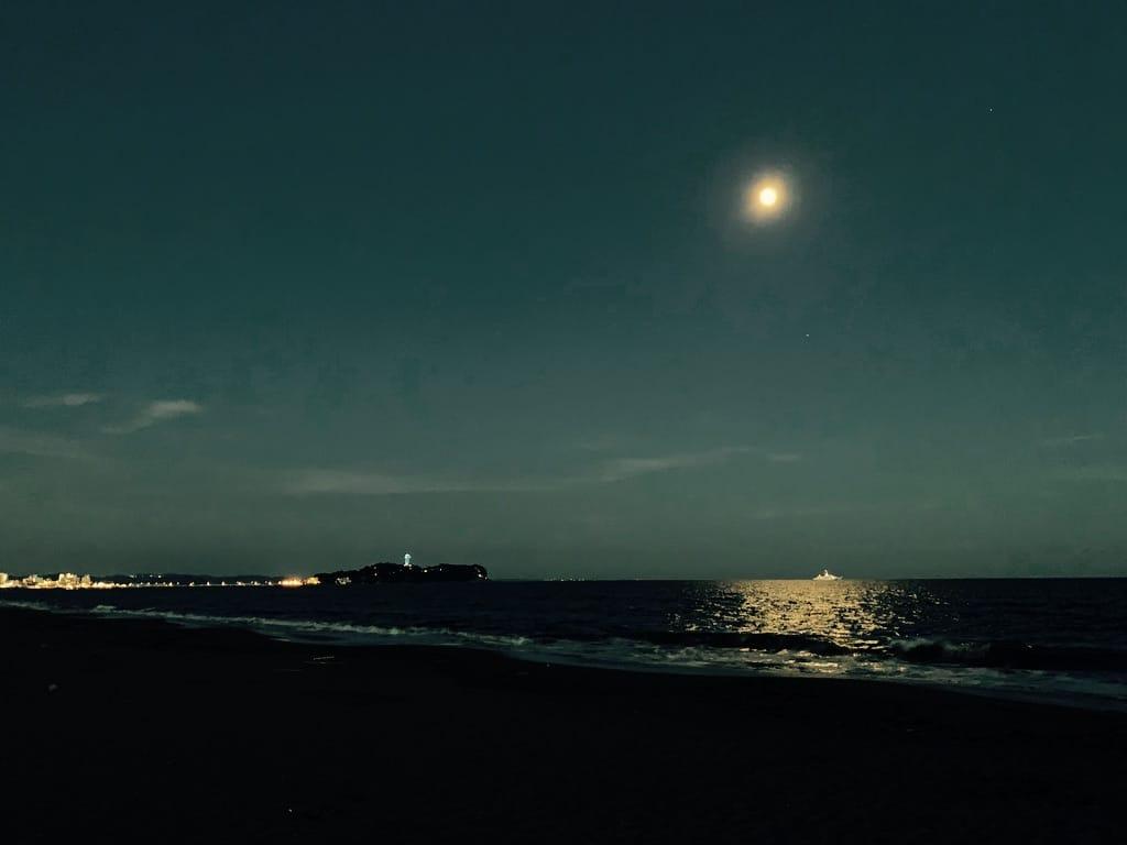 plage et île de Enoshima la nuit.