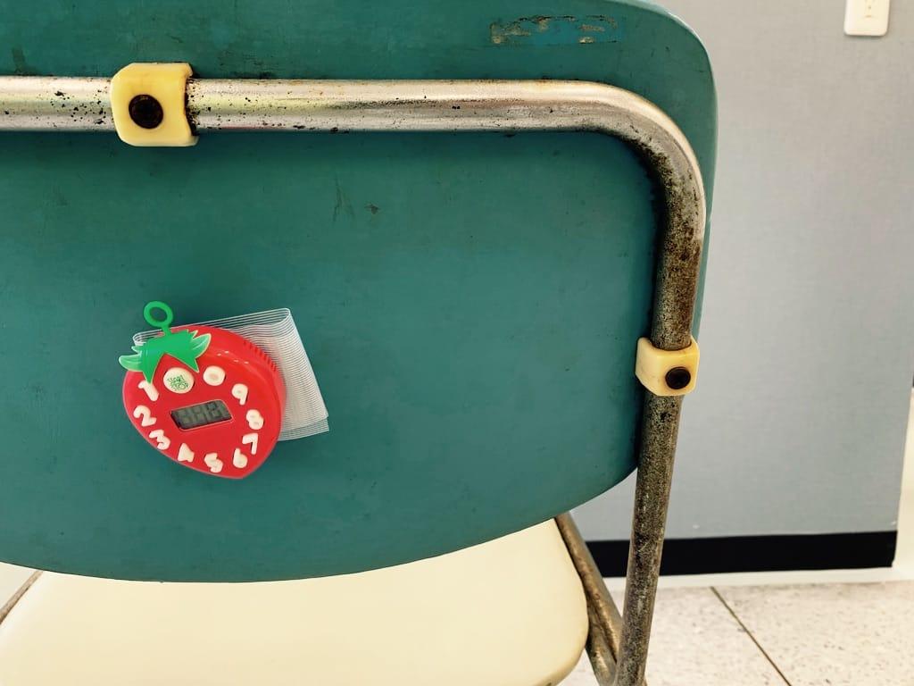 un minuteur sur le dos d'une chaise.