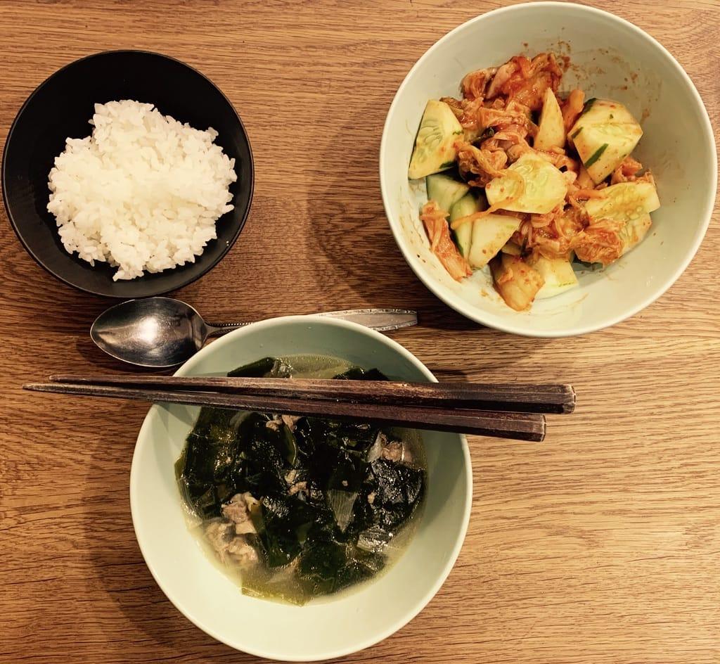 trois bols avec soupe, kimchi et riz.