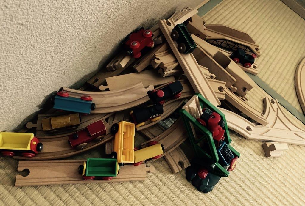 tas de rails d'un jouet en bois.