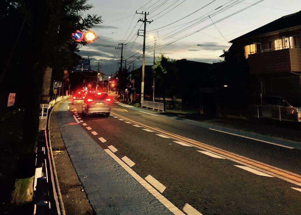 route avec voitures la nuit.