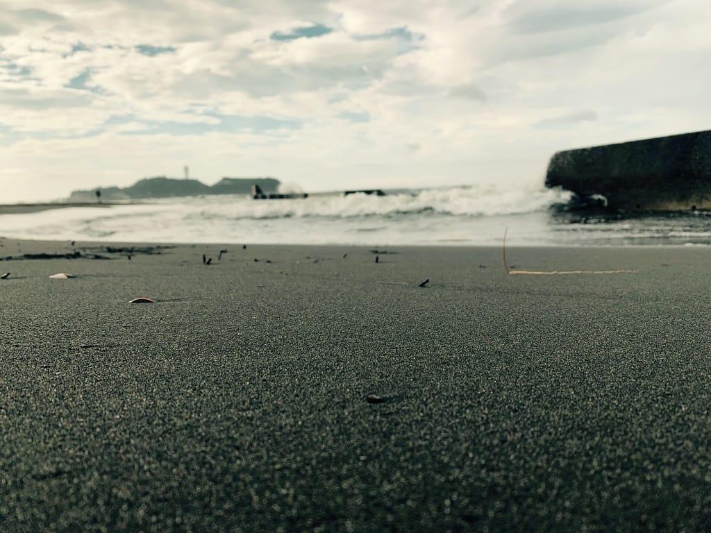 Ras de la plage, les vagues et Enoshima sur l'horizon.
