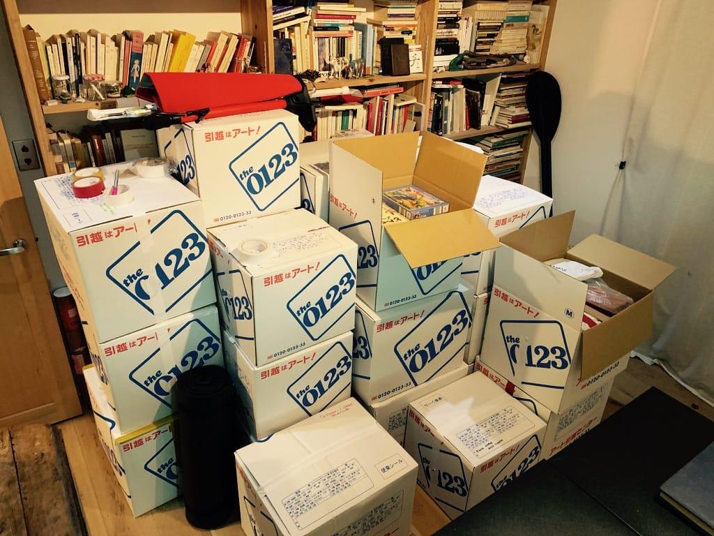 cartons empilés en face de la bibliothèque.